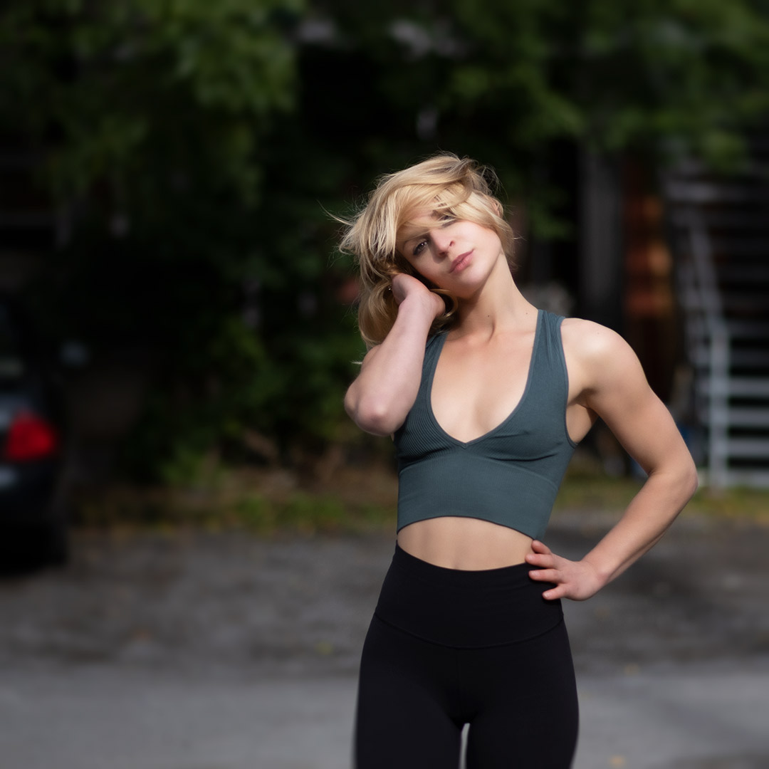 instagram pose from blonde woman