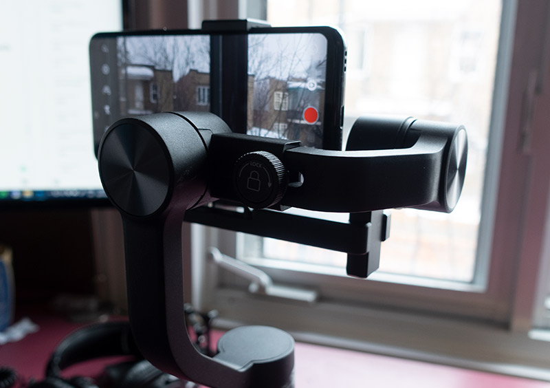back view of the Hohem iSteady gimbal with a LG G8 smartphone